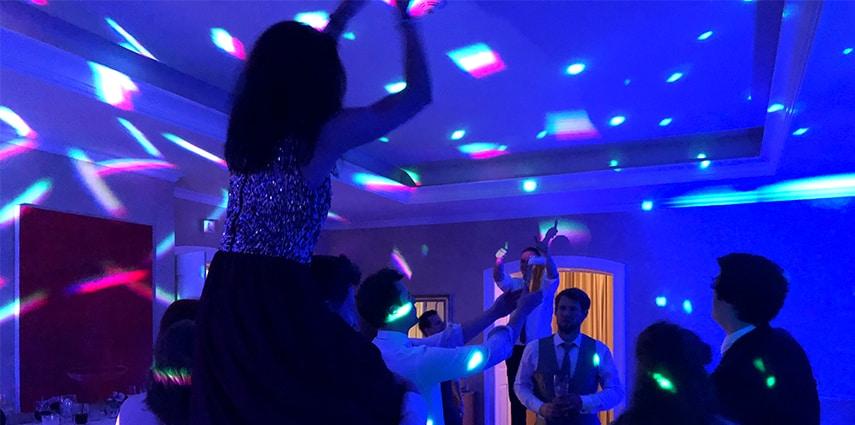 5 Geheimtipps vom Münchner Hochzeits DJ: Glückliche Hochzeitsgäste