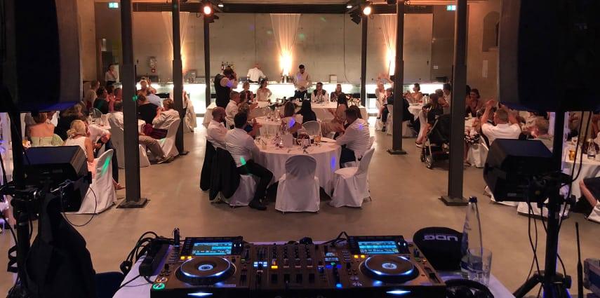 DJ ANUSCH, Ihr DJ für Hochzeit & Event über die Kunst, alle Generationen auf der Tanzfläche zu vereinen
